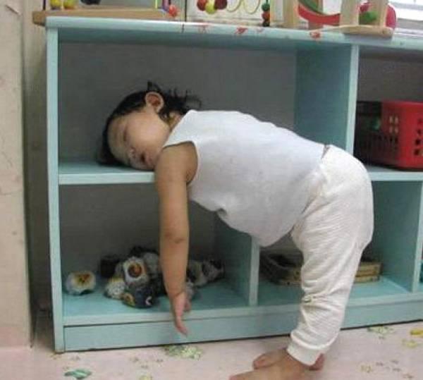 Kleine kinderen slapen overal grappige plaatjes for Baby op zij slapen kussen